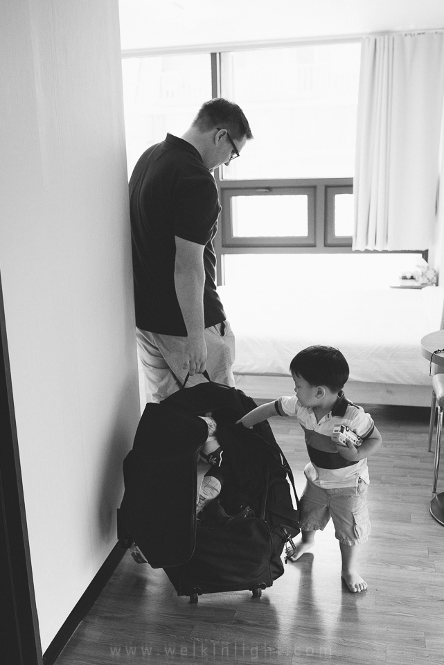 Helping Dad- Seoul Family Photography