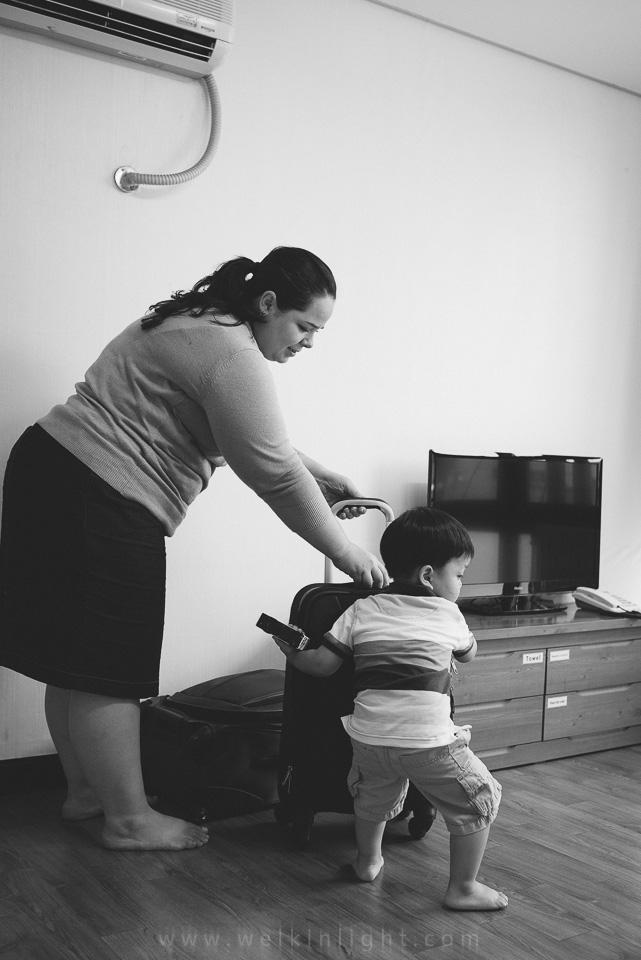 Helping Mum - Seoul Family Photography