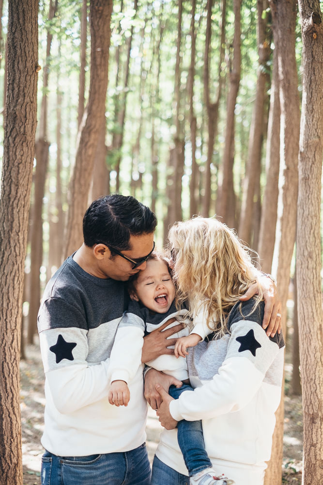 Ataalla Family - Family Photography in Seoul Forest - Kisses from Mum and Dad