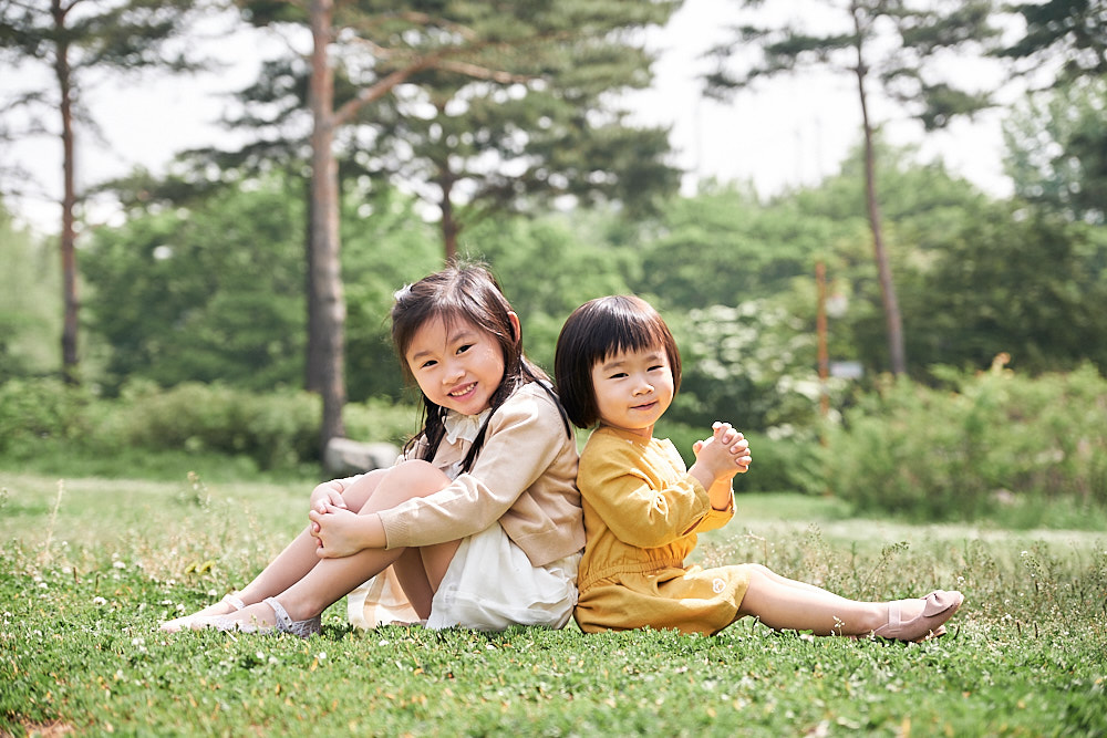 Family Portrait Photography World Cup Park Seoul - Sisters playing together